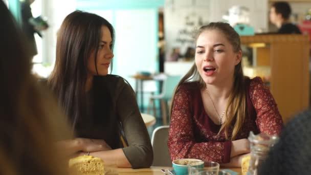 Skupina dívek na snídani