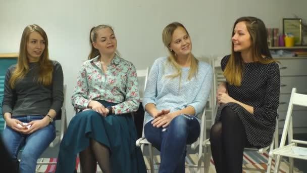 Během setkání žen sedí v kruhu