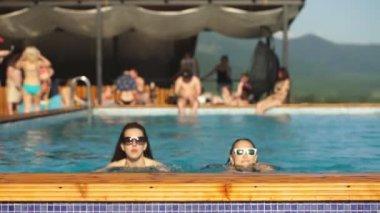 két fiatal nők szórakozás a medencében