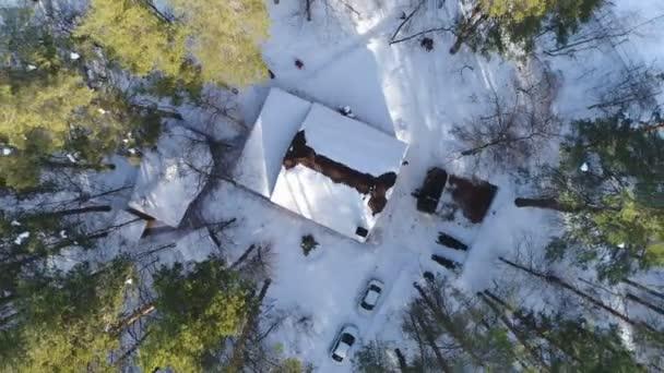 A légi felvétel a ház fedezi a hó az erdőben