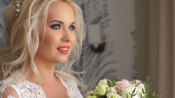 Krásná nevěsta páchnoucích svatební kytice