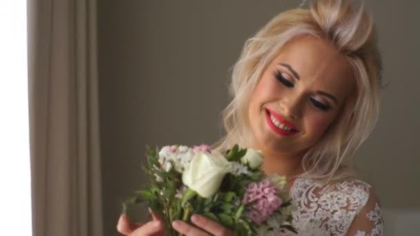 Krásná nevěsta dokonalý styl. Svatební účes make-up luxusní svatební šaty a nevěsty kytice.