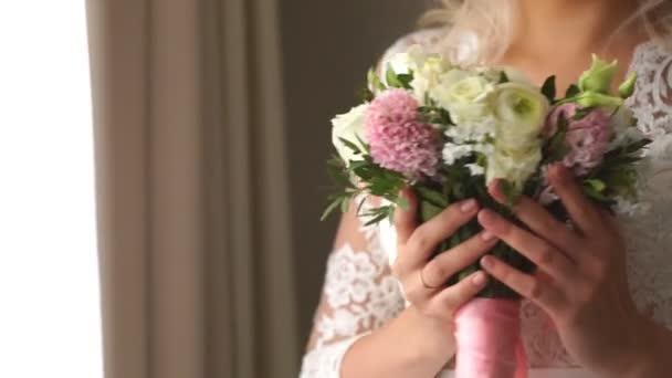 pěkná svatební kytice v ruce nevěsty