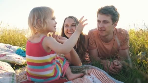 šťastné rodiny leží na dece a blbnout