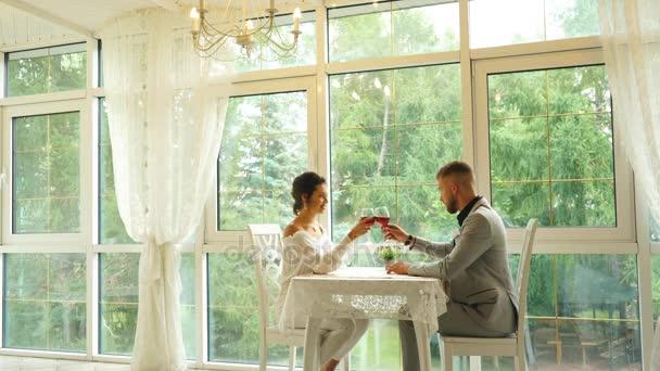 lidé, komunikace a datování koncept - šťastný pár pití vína v kavárně