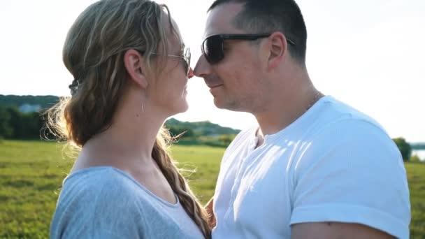 šťastné milující pár objímat v poli