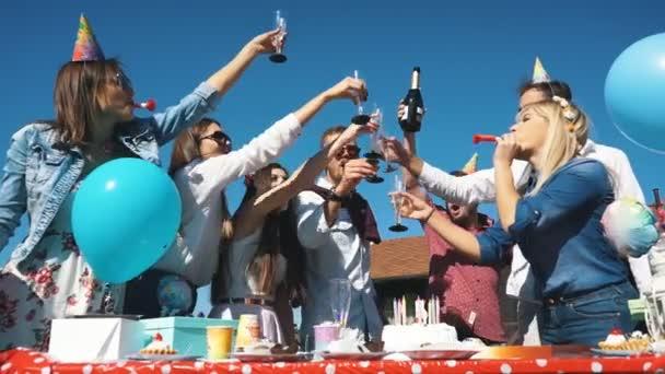 Gyönyörű fiatal ember nevetve szórakozás az utcai ivott prosecco ünnepli a születésnapját
