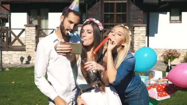 Skupina přátel slavit narozeniny a dělá selfie