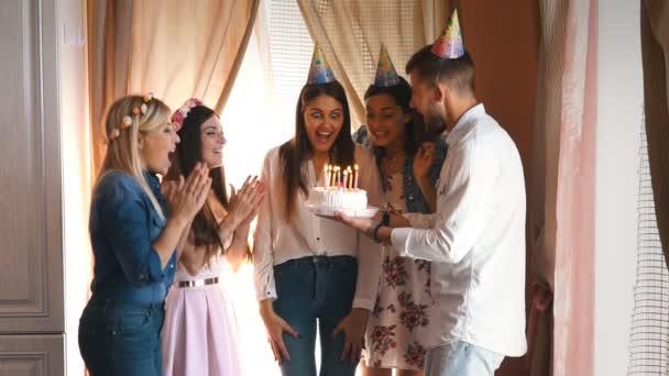 la ragazza di compleanno esprime un desiderio e soffia le candeline su una torta di compleanno