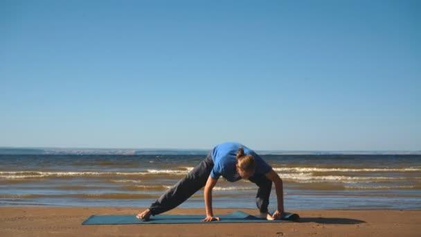 Sportovní svalnatý mladý muž, cvičit jógu, bohyně, sumo zápasník pozice