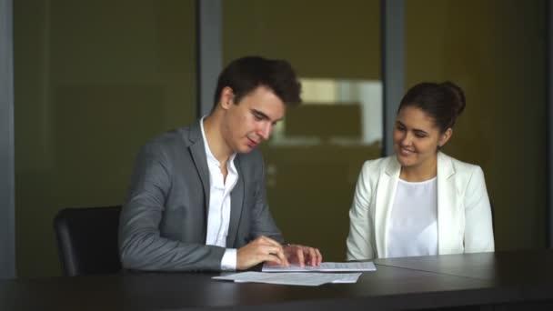 obchodní partneři podepsat smlouvy, dva podnikatelé handshaking po zarážející grand dohodu
