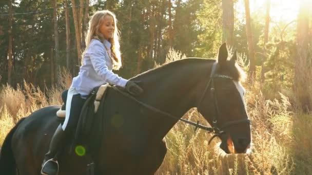 schönes mädchen, das auf einem pferd reitet, sie umarmt