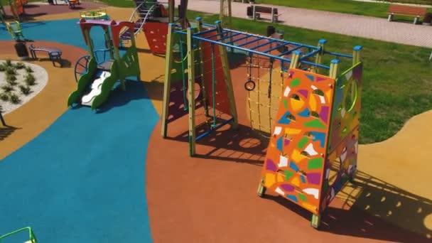 69b03b702 Vista elevada de toboganes, columpios en el parque. Los niños juegan al  aire libre, concepto de recreación– metraje de stock