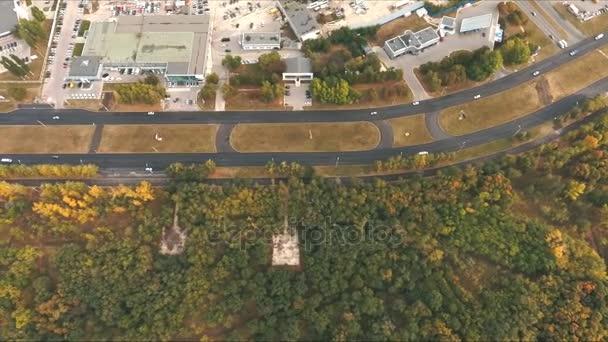 Vista superiore alle curve e linee di città autostrada