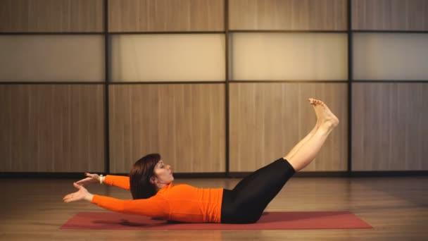 žena fitness cvičení pilates
