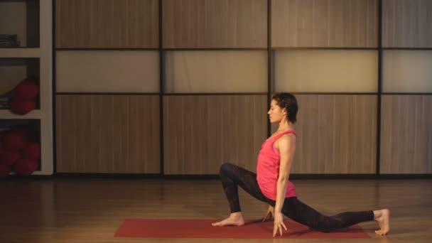 Frau in traditioneller Yoga-Pose