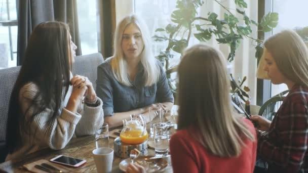 cég meg beszél, egy kávézó és a szórakozás