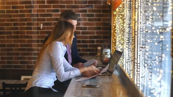 kolegové pracují společně v kavárně u počítače