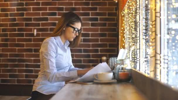 Fiatal gyönyörű nő dolgozik kávézó, üzleti munka laptop számítógép segítségével