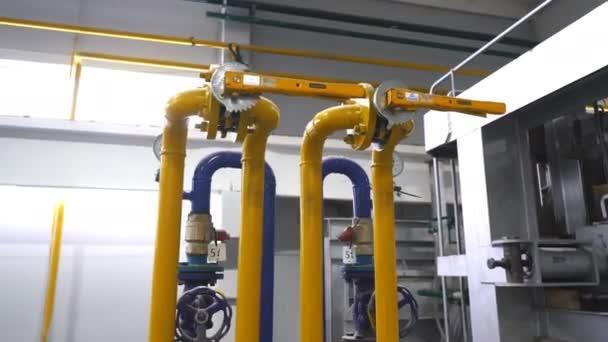 Průmyslové výroby. Různé mechanismy a kovové trubky