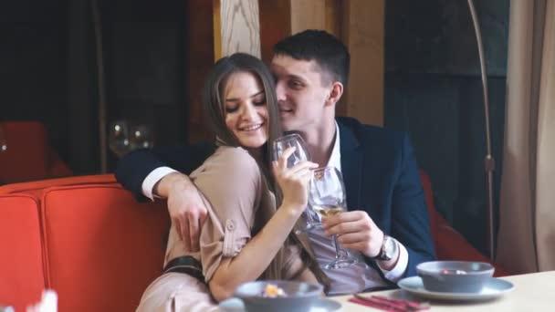Pár oslavit Valentýna s romantickou večeří v restauraci