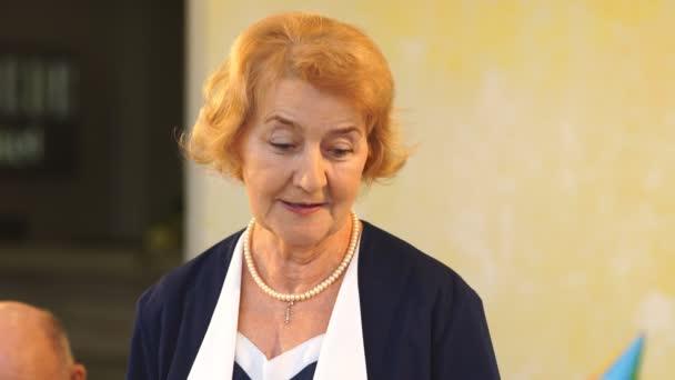 babička říká přípitek na narozeniny vnučka