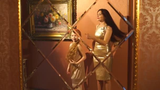 šťastný matka a dcera objímání doma před zrcadlem