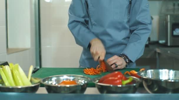 Koch Kochen Essen Küche Restaurant schneiden Pfeffer