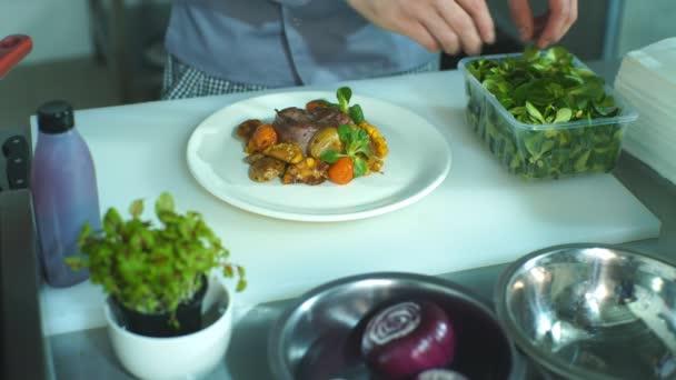 Šéfkuchař přidání dokončovací dotek na své jídlo, než jde na stůl.