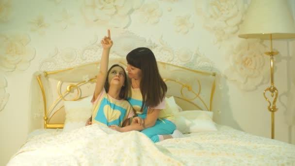 Šťastná rodina Matka a dcera dítě hrát a smát se v posteli