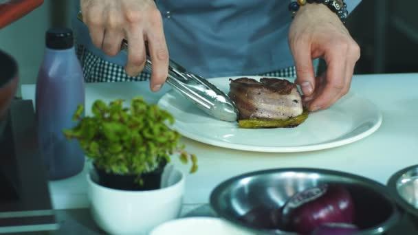 uomo giovane chef preparare e decorare piatti gustosi in cucina ...