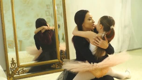 Mutter Ballerina umarmt ihre Tochter Ballerina