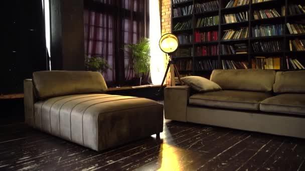 luxusní semišová pohovka v podkroví
