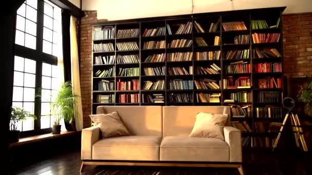 Interiér moderního minimalistického obývacího pokoje s pohodlnou béžovou pohovkou.