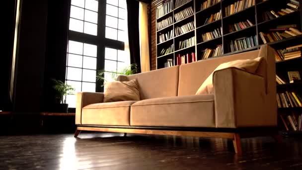 vintage béžová pohovka v podkrovním obývacím pokoji.