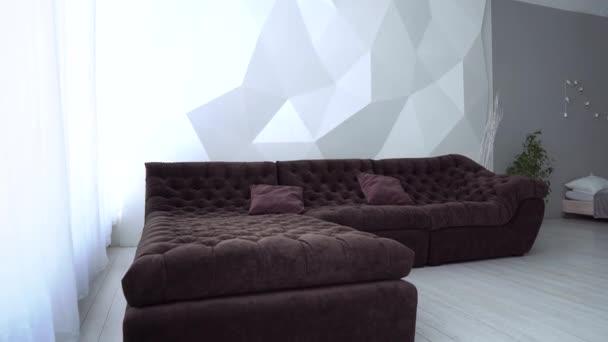 Moderní design interiéru obývacího pokoje s hnědou pohovkou