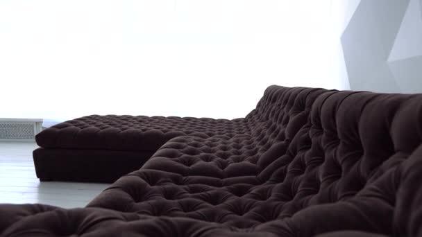 Krásná hnědá pohovka v obývacím pokoji
