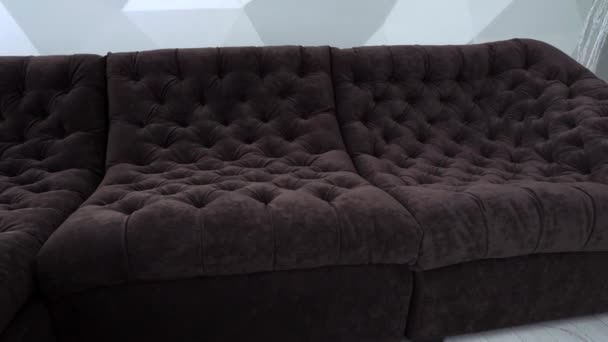 pohodlí, nábytek a interiér konceptu - pohovku s polštáři na útulný domov obývací pokoj