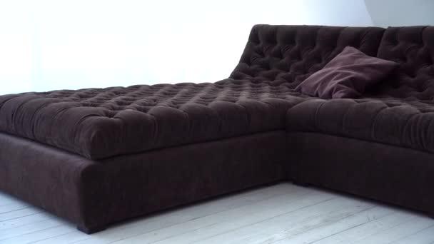 hnědá pohovka je v obchodě s nábytkem