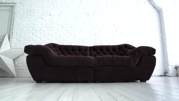 pohodlná pohovka s polštáři v obývacím pokoji - přiblížit