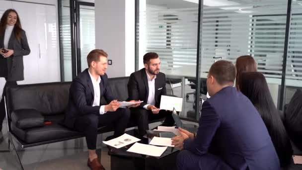 Pozitivní podnikatelka uvítání firemní klient, zákazník zadní pohled, sedí na gaučích třesoucí se ruce připravené k zahájení konverzace