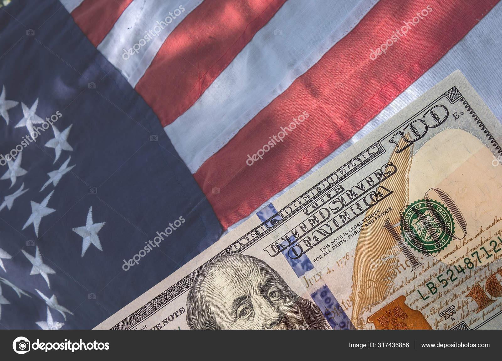 Американский флаг и сто долларов