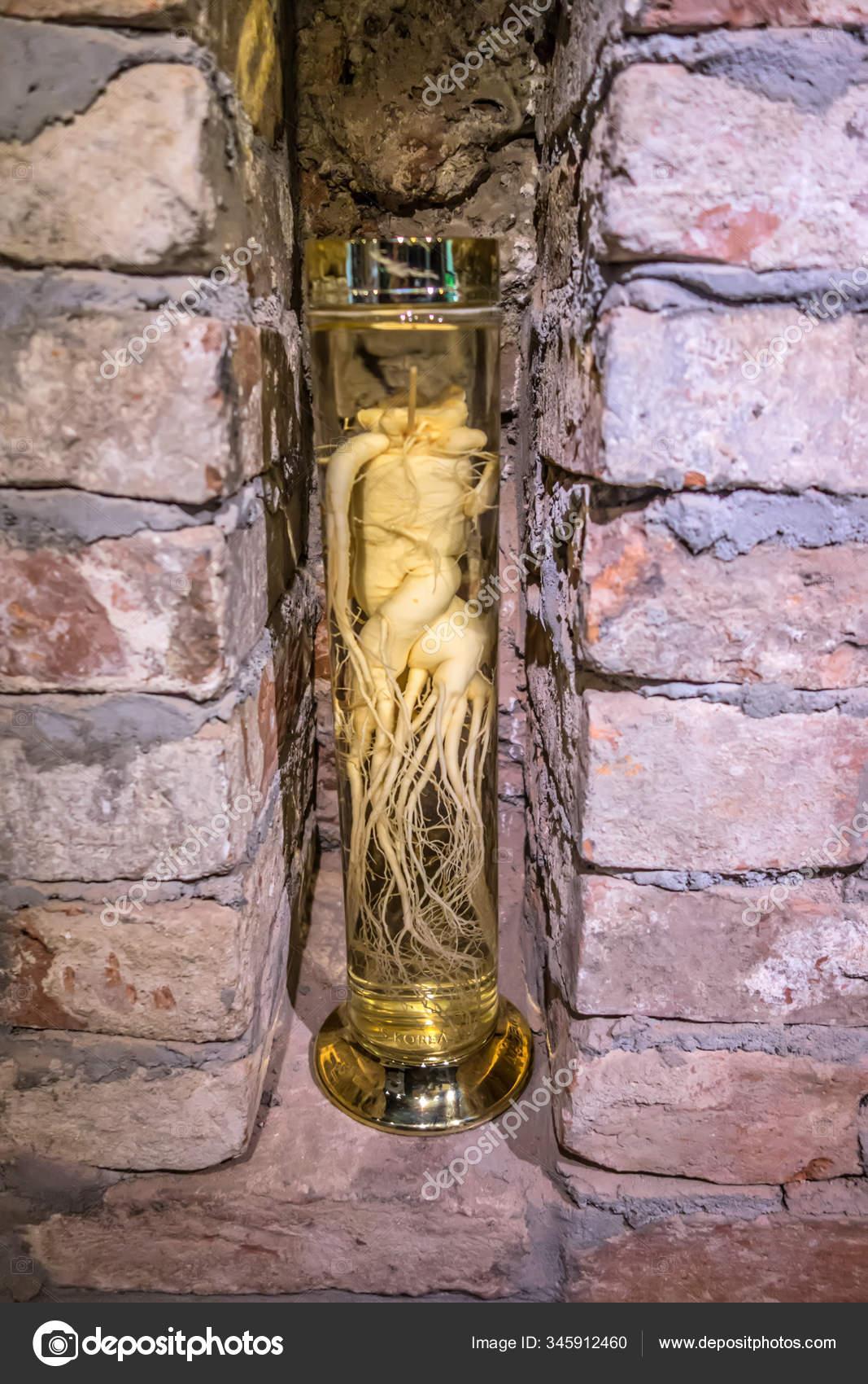 Винтажная стеклянная бутылка с целебной настойкой из корня женьшеня