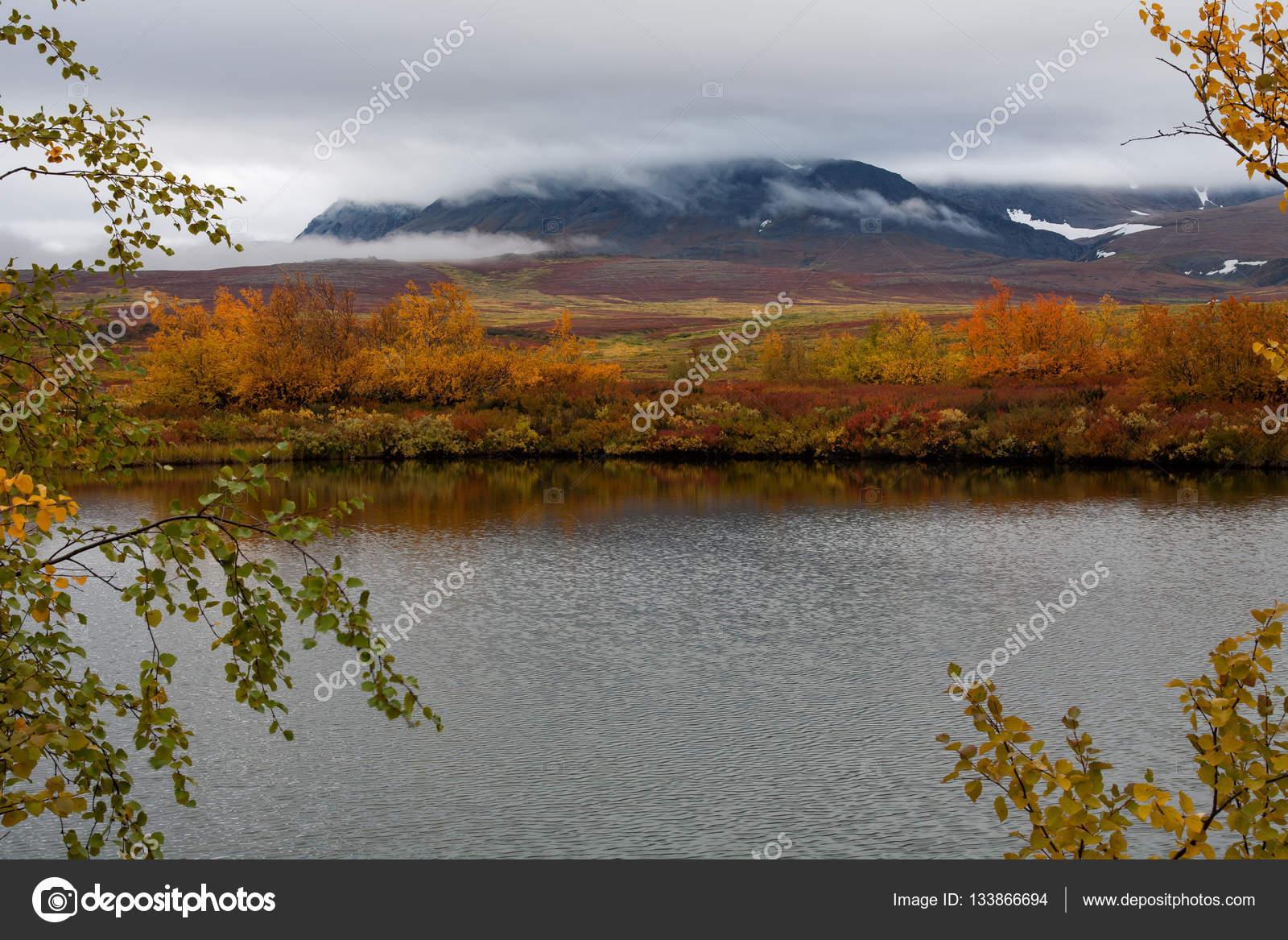 See im Herbst Färbung und Berge in den Wolken — Stockfoto © Tungus62 ...