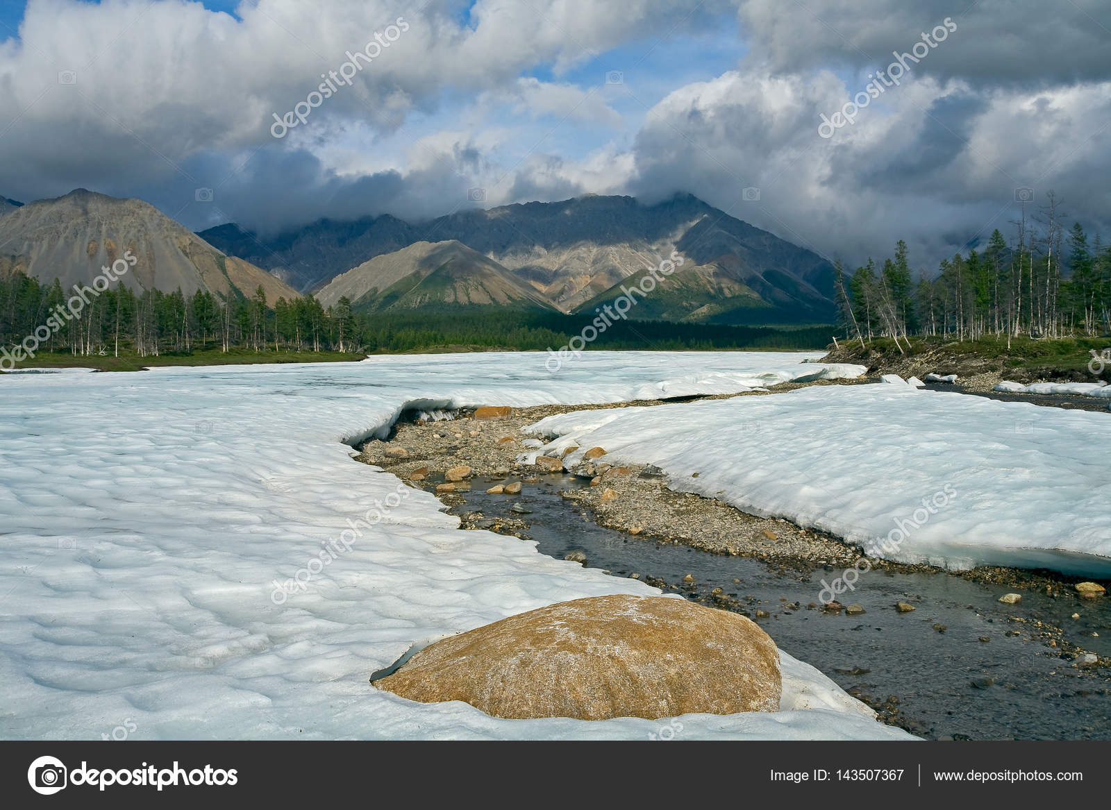 ab2c1647e80d The remnants of last year the ice in the valley of the creek. — Stock