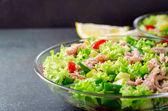 Friss tonhal saláta, magasság, szög, kilátás