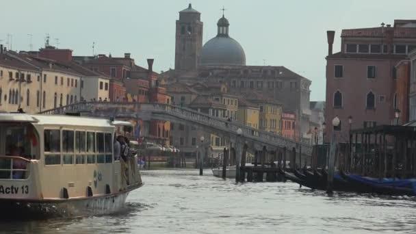 Benátky, Itálie-cca duben, 2016: Benátky Grand Canal atrakce a palác, turistická poleva z vodních autobusů na vlnách. Ultra HD 4k, UHD steadycamu záběry, reálný čas,