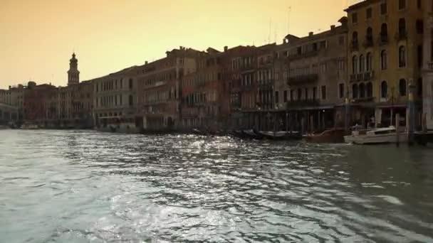 Venice, Olaszország-kb. április 2016: Velence Grand Canal attrakció és palota, idegenforgalmi POV kilátás a vízibusz leng a hullámok. Ultra HD 4k, uhd steadycam felvételeket, valós idejű,