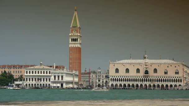Benátky, Itálie, cca 2016: pohled na San Marco Place z kostela San Giorgio Maggiore v Grand Canal Benátkách, Itálie, Ultra HD 4k, reálný čas