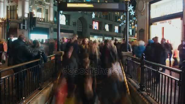 Londýn, Uk, prosinec, čas zanikla pohled vchodu stanice metra Oxford Circus na špičce, na prosinec v Londýně, Velká Británie